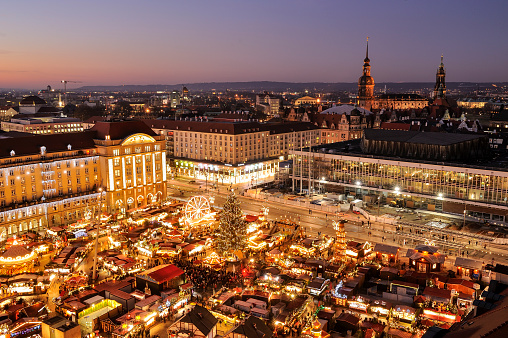 Saxony「Germany, Dresden, Elevated view of Striezelmarkt Christmas market」:スマホ壁紙(6)