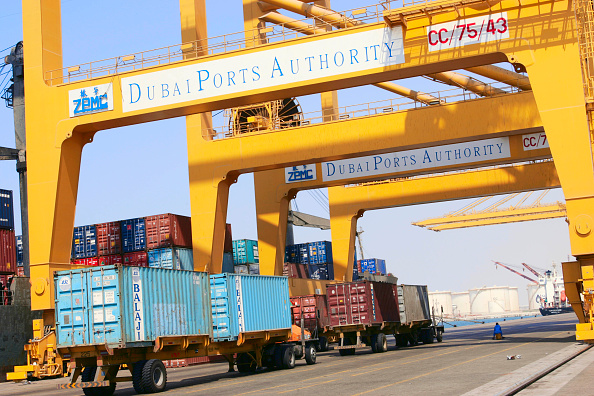 Commercial Dock「Containers at Dubai port ready to be loaded」:写真・画像(13)[壁紙.com]