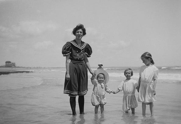 Social History「Woman With Children On Beach」:写真・画像(2)[壁紙.com]
