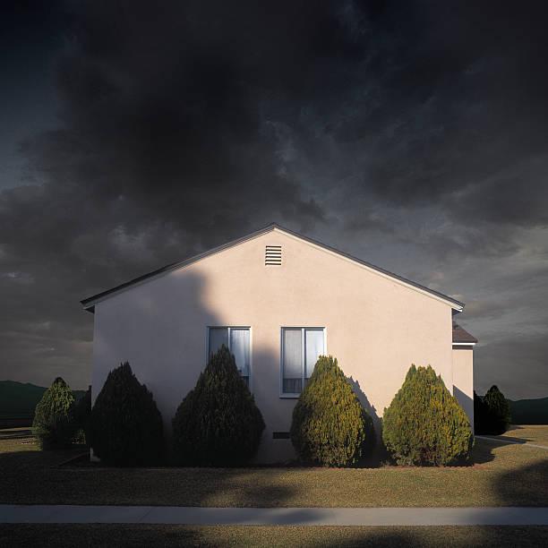 Exterior view of suburban house under stormy sky, close-up:スマホ壁紙(壁紙.com)