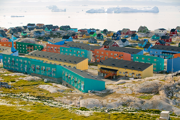 ヤコブスハブン氷河「Colourful houses in Illulisat on Greenland. Ilulissat is a UNESCO World Heritage Site because of the Jacobshavn Glacier or Sermeq Kujalleq which is the largest glacier outside Antarctica. The glacier drains 7% of the Greenland ice sheet and produces enou」:写真・画像(1)[壁紙.com]
