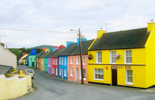 Colourful houses in the village of Eeries in the Irish Republic:ニュース(壁紙.com)