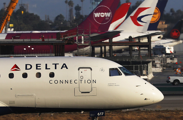 LAX Airport「Delta Airlines To Cut Flights And Raise Fares As Fuel Costs Surge」:写真・画像(12)[壁紙.com]