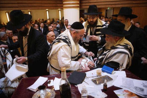 Circumcision「Orthodox Jews Hold Circumcision Ceremony」:写真・画像(10)[壁紙.com]