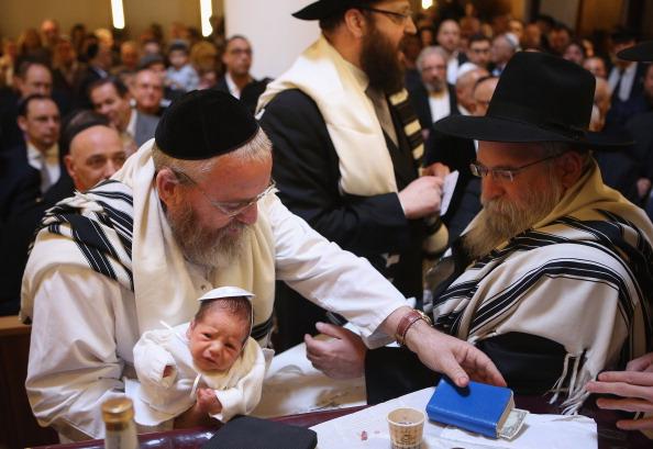 Circumcision「Orthodox Jews Hold Circumcision Ceremony」:写真・画像(1)[壁紙.com]