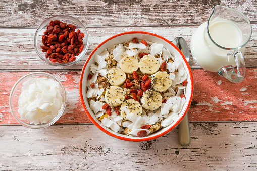 Granola「Bowl of muesli with banana slices, chia seeds, coconut chips and goji berries」:スマホ壁紙(16)