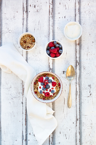 Blueberry「Bowl of muesli with Greek yogurt, popped quinoa, raspberries, blueberries and pomegranate seed」:スマホ壁紙(3)