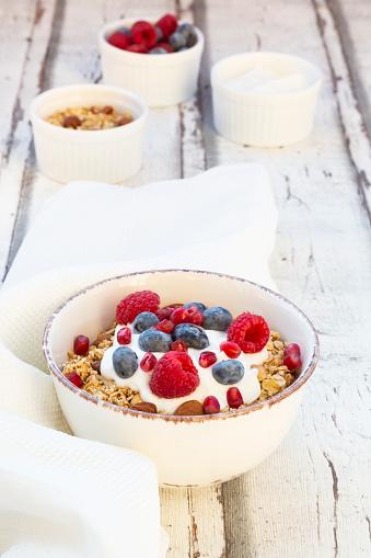 Granola「Bowl of muesli with Greek yogurt, popped quinoa, raspberries, blueberries and pomegranate seed」:スマホ壁紙(13)