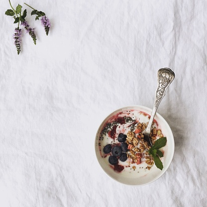 Granola「Bowl of muesli with blueberries on white linen」:スマホ壁紙(11)