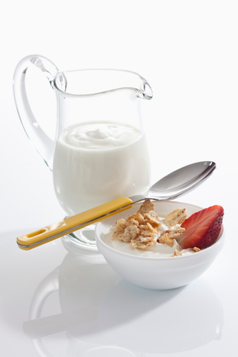 Bowl「Bowl of muesli yogurt with strawberries beside yogurt carafe on white background, close up」:スマホ壁紙(15)