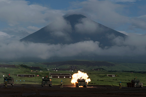 Mount Fuji「Japan's Self-Defense Force Undergo Live Fire Exercise」:写真・画像(8)[壁紙.com]
