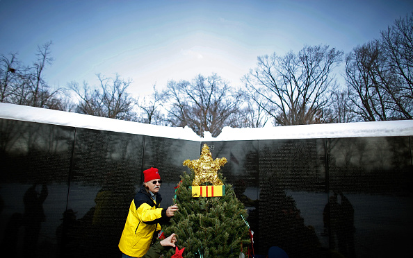 Christmas Decoration「Vietnam Vets Hold Christmas Tree Ceremony At Memorial In DC」:写真・画像(11)[壁紙.com]