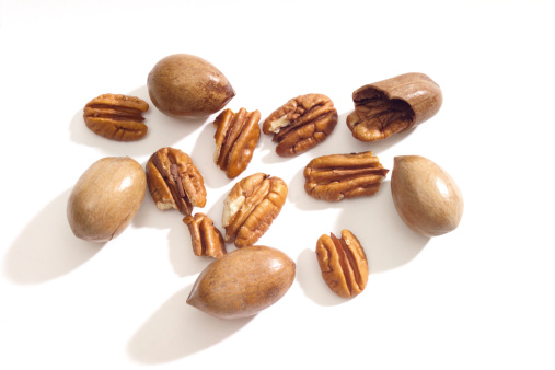 Pecan「Pecan nuts on white background, close-up」:スマホ壁紙(16)