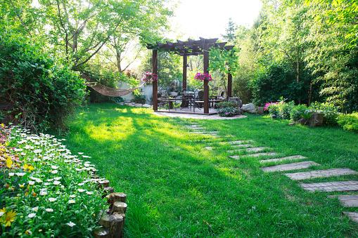 生い茂る「Garden pavilion」:スマホ壁紙(7)