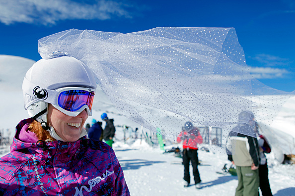 Sweeping「Skiing Couples Wed Atop Colorado's Loveland Ski Area」:写真・画像(9)[壁紙.com]