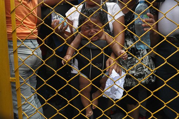 ヒューマンインタレスト「Migrant Caravan Crosses Into Mexico From Guatemala」:写真・画像(8)[壁紙.com]