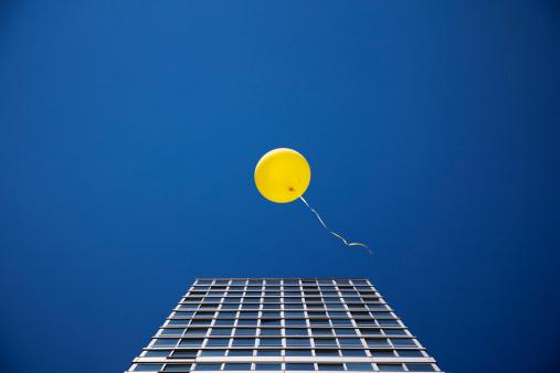 Balloon「Yellow balloon floating past single skyscraper」:スマホ壁紙(17)