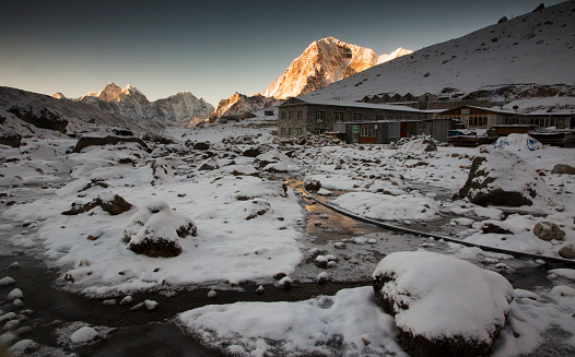 Khumbu「Sunrise light on village houses, Lobuche, Everest Base Camp Trek, Nepal」:スマホ壁紙(11)