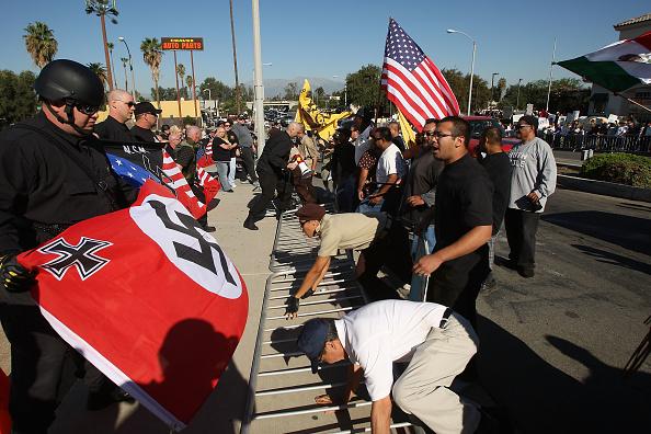 偏見「Members Of National Socialist Movement Hold Anti-Immigration Rally」:写真・画像(16)[壁紙.com]