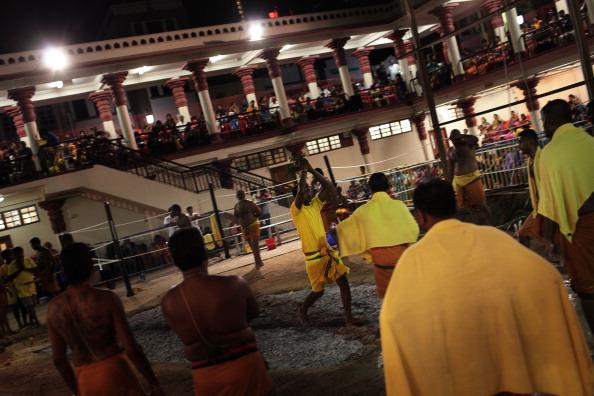 Fire Pit「Hindus Firewalk During Theemidhi Festival」:写真・画像(3)[壁紙.com]
