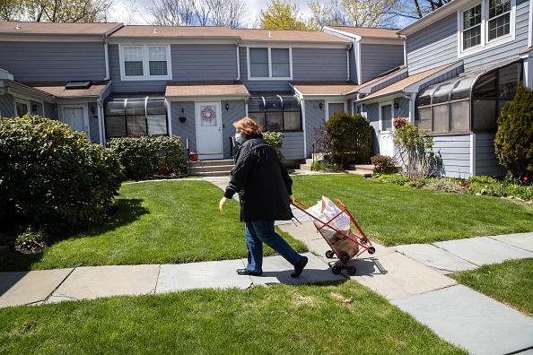 Stamford - Connecticut「Volunteers Deliver Food To Seniors In Stamford, Connecticut」:写真・画像(2)[壁紙.com]