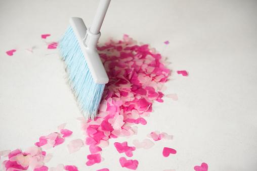 Sweeping「Broom sweeping heart-shape confetti on floor」:スマホ壁紙(10)