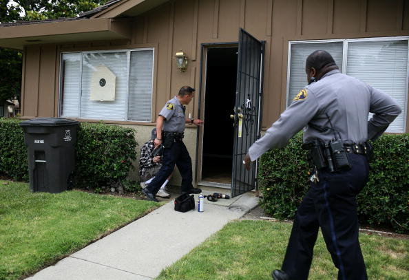 Looking「Alameda County Sheriff Handles Surging Number Of Evictions」:写真・画像(2)[壁紙.com]