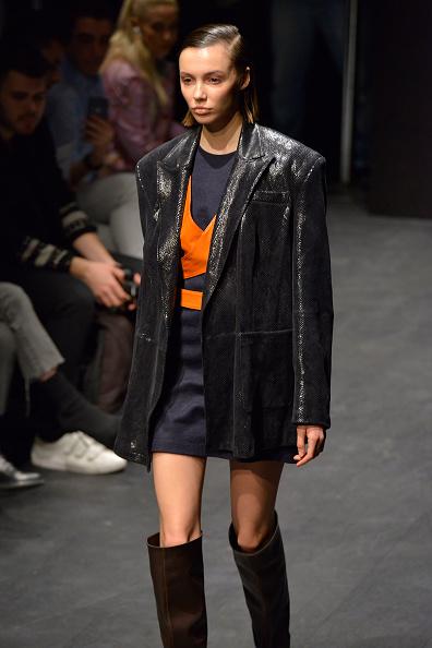 オレンジ色「Ceren Ocak - Runway -  Mercedes-Benz Fashion Week Istanbul - March 2019」:写真・画像(17)[壁紙.com]