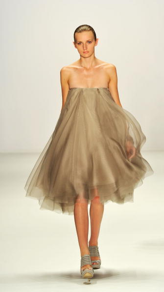 Gareth Cattermole「Dawid Tomaszewski Show - Mercedes Benz Fashion Week Spring/Summer 2011」:写真・画像(12)[壁紙.com]