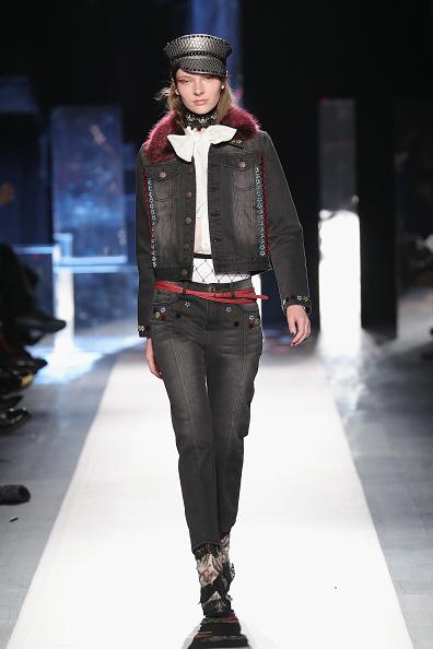 Gray Jacket「Desigual - Runway - February 2017 - New York Fashion Week: The Shows」:写真・画像(0)[壁紙.com]