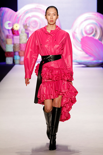 Hot Pink「Mercedes-Benz presents Sudi Etuz - Runway - Mercedes Benz Fashion Week Istanbul - March 2018」:写真・画像(10)[壁紙.com]