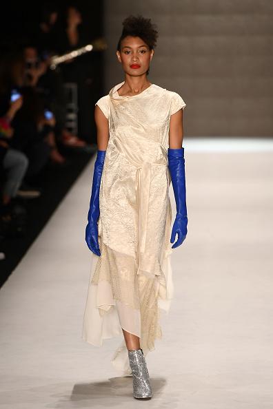 Glove「Belma Ozdemir - Runway - Mercedes Benz Fashion Week Istanbul - March 2018」:写真・画像(6)[壁紙.com]