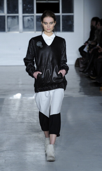 Gray Shoe「Zero + Maria Cornejo - Runway - Mercedes-Benz Fashion Week Fall 2014」:写真・画像(17)[壁紙.com]