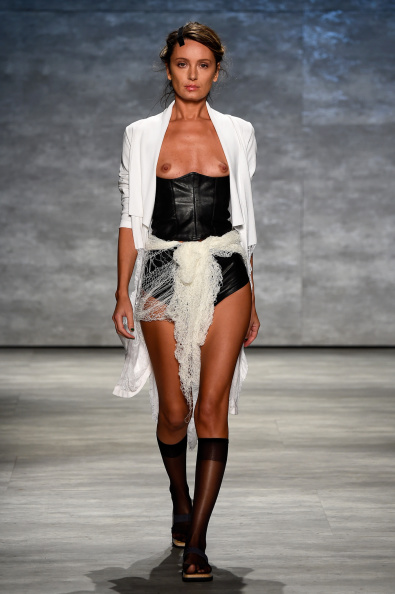 スーパーモデル「Dorin Negrau - Runway - Mercedes-Benz Fashion Week Spring 2015」:写真・画像(15)[壁紙.com]