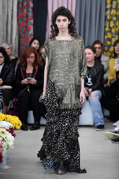 Square Neckline「Asli Filinta - Runway - Mercedes Benz Fashion Week Istanbul - March 2018」:写真・画像(5)[壁紙.com]