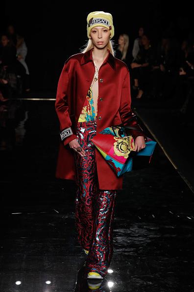 赤のコート「Versace Fall 2019 - Runway」:写真・画像(18)[壁紙.com]