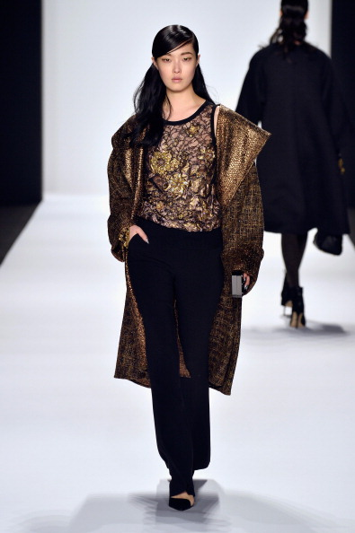 Round Neckline「Badgley Mischka - Runway - Mercedes-Benz Fashion Week Fall 2014」:写真・画像(8)[壁紙.com]