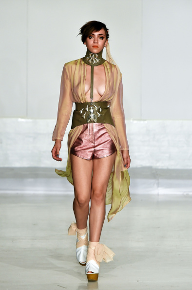 女性一人「Nina Athanasiou - Runway - Mercedes-Benz Fashion Week Spring 2015」:写真・画像(18)[壁紙.com]
