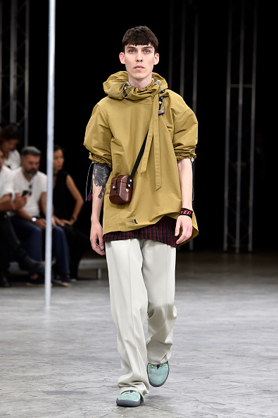 男性一人「Lanvin : Runway - Paris Fashion Week - Menswear Spring/Summer 2018」:写真・画像(6)[壁紙.com]