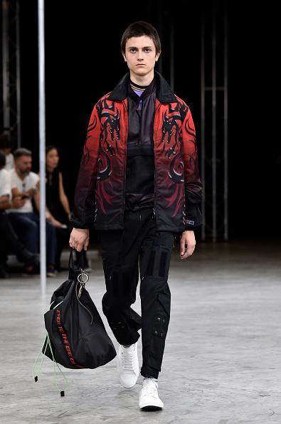 男性一人「Lanvin : Runway - Paris Fashion Week - Menswear Spring/Summer 2018」:写真・画像(2)[壁紙.com]