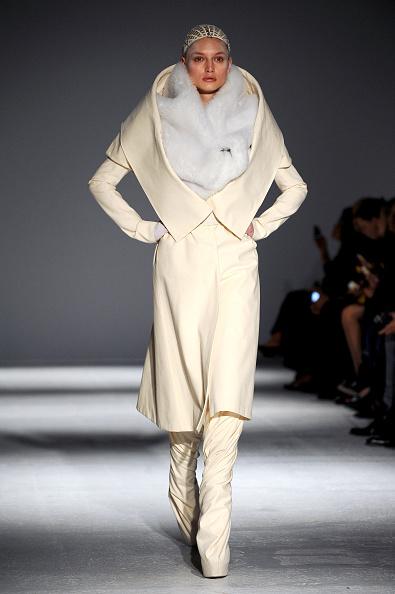 Cream Colored「Gareth Pugh : Runway - Paris Fashion Week Womenswear Fall/Winter 2014-2015」:写真・画像(9)[壁紙.com]