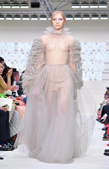 Layered Dress「Valentino : Runway - Paris Fashion Week Womenswear Fall/Winter 2019/2020」:写真・画像(14)[壁紙.com]