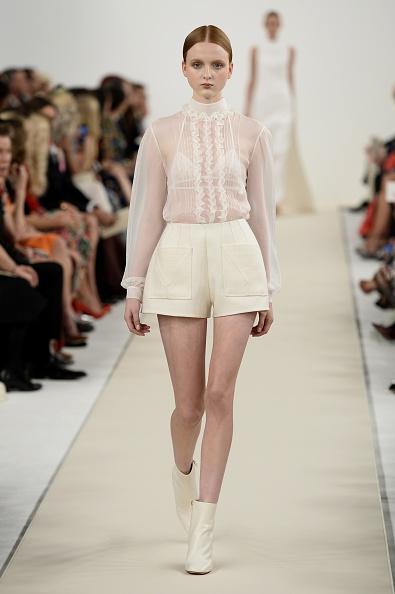 White Shorts「Valentino Sala Bianca 945 Event - Runway」:写真・画像(3)[壁紙.com]