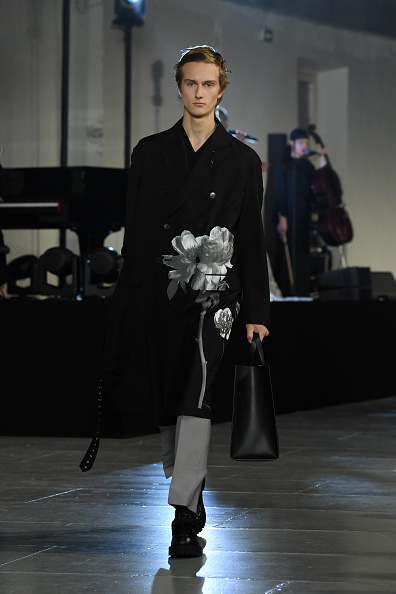 Black Purse「Valentino : Runway - Paris Fashion Week - Menswear F/W 2020-2021」:写真・画像(10)[壁紙.com]