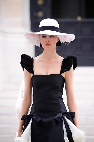 Catwalk - Stage「Chanel : Runway - Paris Fashion Week - Haute Couture Fall/Winter 2021/2022」:写真・画像(2)[壁紙.com]
