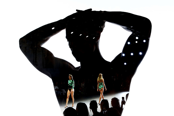 Carriageworks「Aqua Blu - Runway - Mercedes-Benz Fashion Week Australia 2019」:写真・画像(15)[壁紙.com]