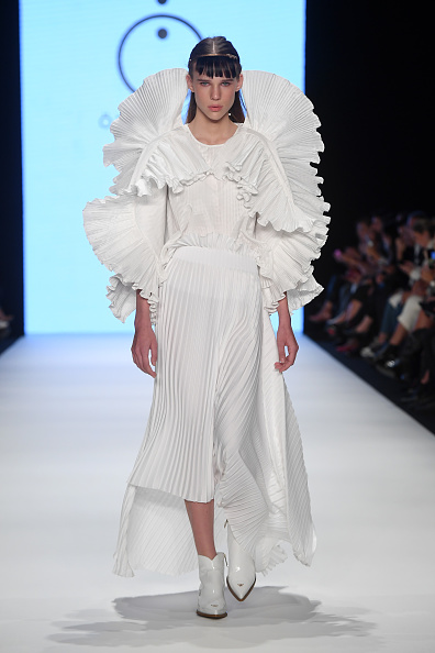 Round Neckline「Ozlem Suer - Runway - Mercedes-Benz Fashion Week Istanbul - October 2019」:写真・画像(16)[壁紙.com]