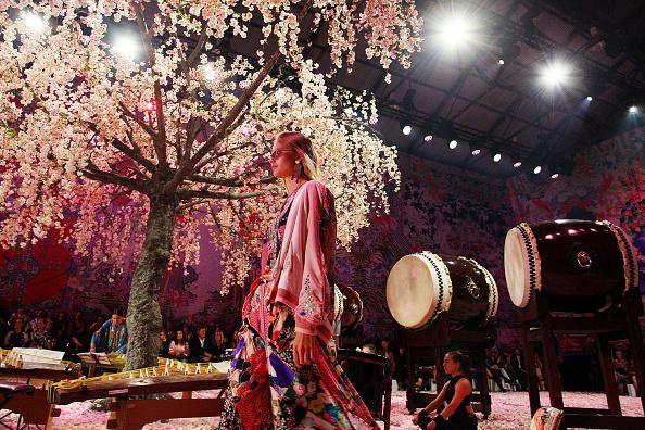 Lisa Maree Williams「Camilla - Runway - Mercedes-Benz Fashion Week Australia 2018」:写真・画像(13)[壁紙.com]