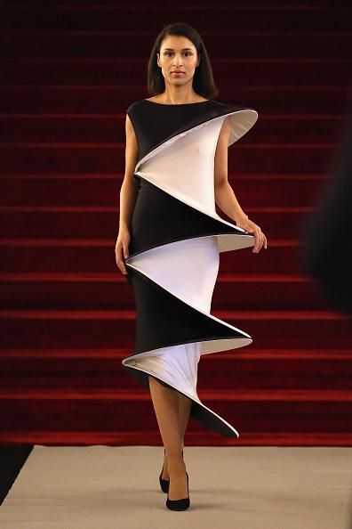 黒「Pierre Cardin: 70 Years of Innovation - Runway」:写真・画像(19)[壁紙.com]