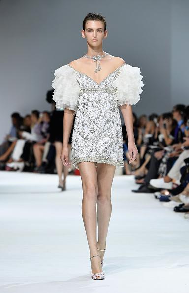 Off Shoulder「Giambattista Valli : Runway - Paris Fashion Week - Haute Couture Fall/Winter 2016-2017」:写真・画像(9)[壁紙.com]